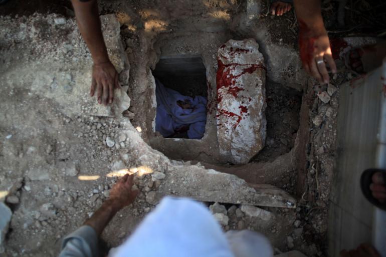 Des rebelles enterrent un des leurs tué dans une frappe aérienne à Alep.