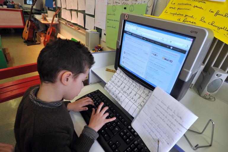 Un enfant devant un ordinateur