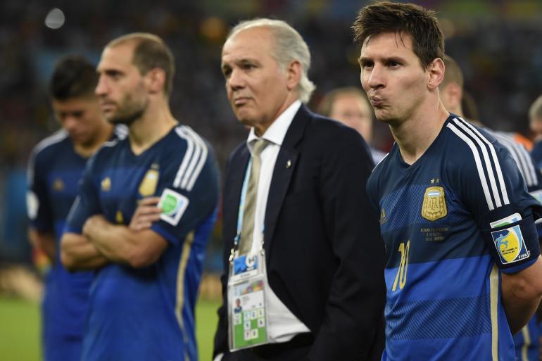 Alejandro Sabella et Lionel Messi, abattus après la défaite de l'Argentine en finale de la Coupe du monde 2014, le 13 juillet, à Rio. (archives)