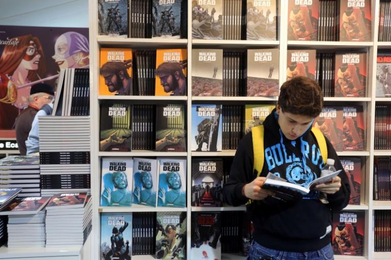 Un jeune homme lisant un comics au festival de la bande-dessinée d'Angoulême, le 30 janvier 2014.