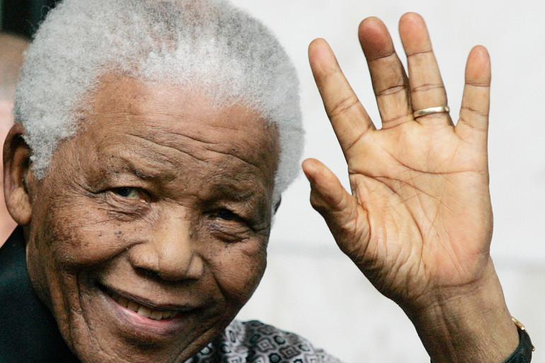 """Nelson Mandela (5 juillet 1918 - 5 décembre 2013) était l'ancien président de l'Afrique du Sud. Surnommé """"Madiba"""", il est devenu un symbole de paix et de courage avec sa lutte pacifiste contre l'Apartheid. Il est décédé à l'âge de 95 ans"""