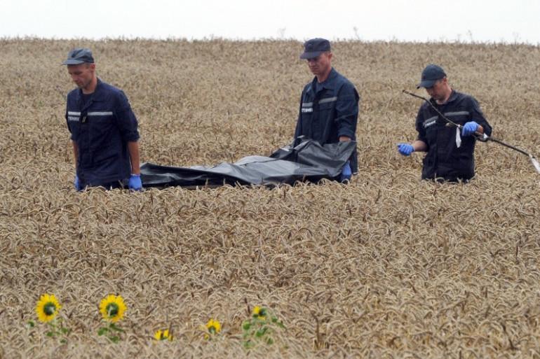 Des secours ukrainiens récupèrent les corps éparpillés dans les champs, à Grabove, dans l'est de l'Ukraine