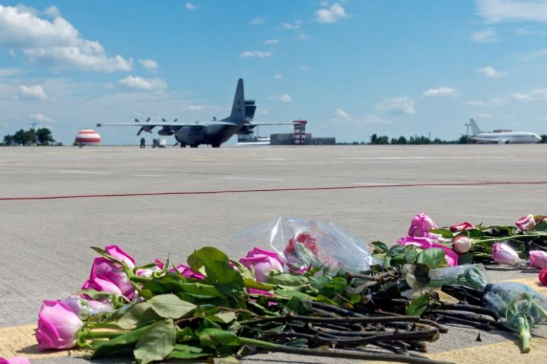 Un avion néerlandais transportant des corps de victimes du crash du vol MH17 s'apprête à décoller, à Kharkiv, en Ukraine, le 23 juillet 2014.