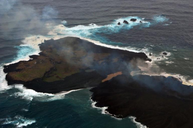 Vue aérienne de la nouvelle île japonaise dans l'Océan Pacifique le 26 décembre 2013. Elle atteint désormais plus de 1.500 mètres de long (Archives).