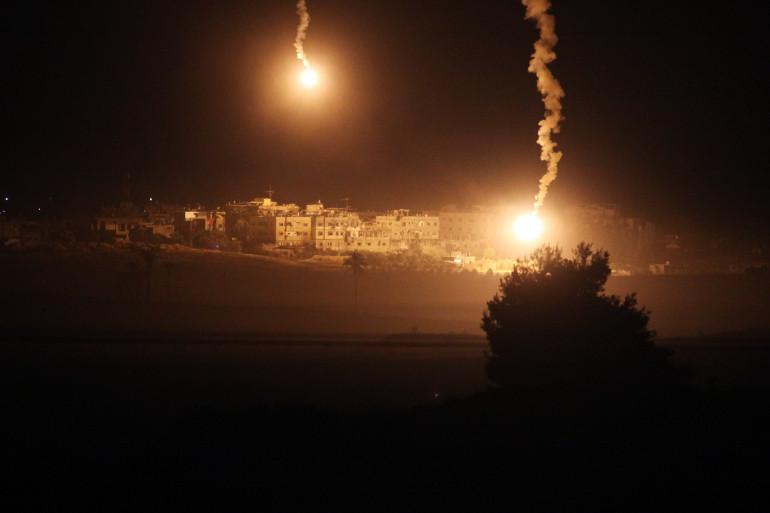 Des fusées éclairantes dans la bande nord de Gaza, le 24 juillet 2014