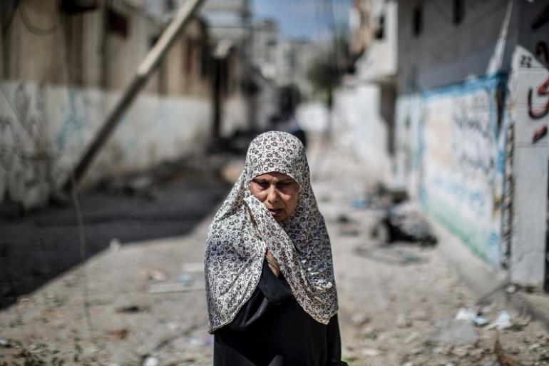Une habitante du quartier de Beit Hanun au milieu des décombres, le 26 juillet 2014 dans la bande de Gaza