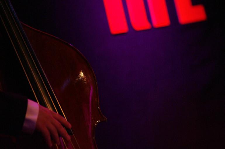 Sur la scène du Grand Studio RTL lors d'un concert pour L'heure du jazz