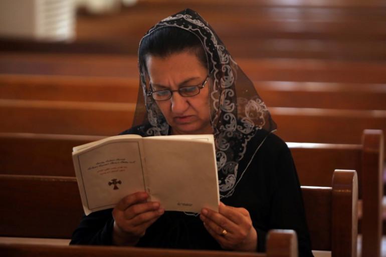 Une Irakienne de confession chrétienne prie dans une église de Bagdad, le 27 juillet 2014