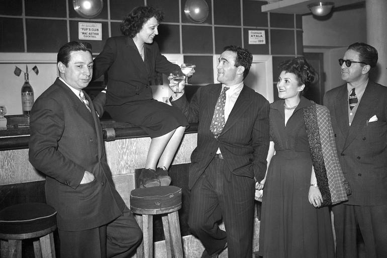 Édith Piaf et Michel Cerdan trinquent au bar du théâtre du Club des Cinq à Paris le 17 mars 1948
