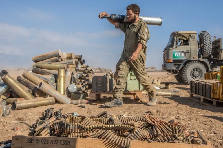 Un soldat israélien transporte des munitions, le 31 juillet 2014 le long de la bande de Gaza