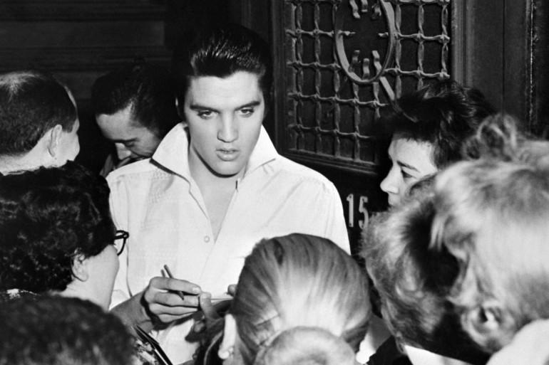 Elvis Presley et des fans en 1958. (Mis en ondes par Grégory Caranoni)