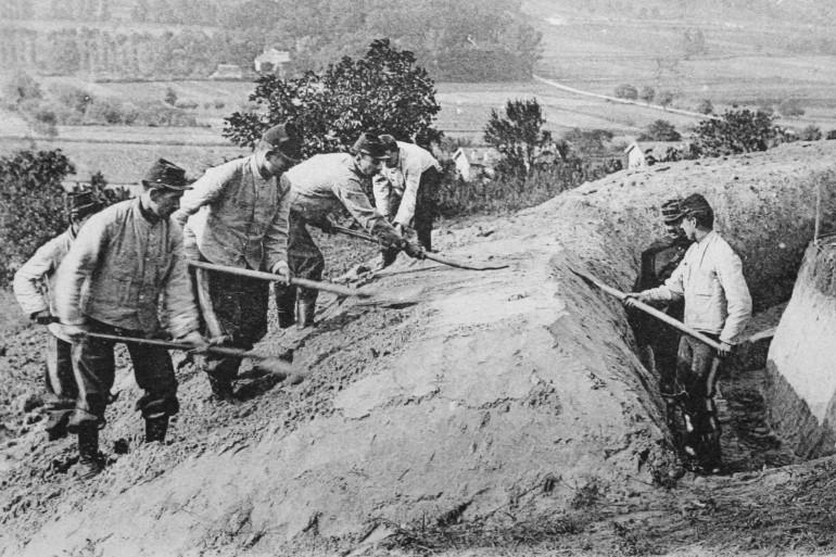Des poilus creusent des tranchées en 1914