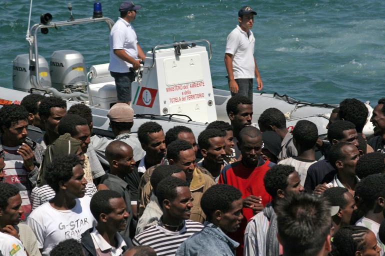355 migrants que l'on pense érythréens arrivent sur l'île italienne de Lampedusa en 2008