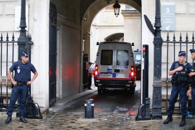 Le fourgon de police, transportant le brigadier suspecté d'avoir volé 52 kg de cocaïne, entre à la préfecture de police, le 6 août 2014 à Paris