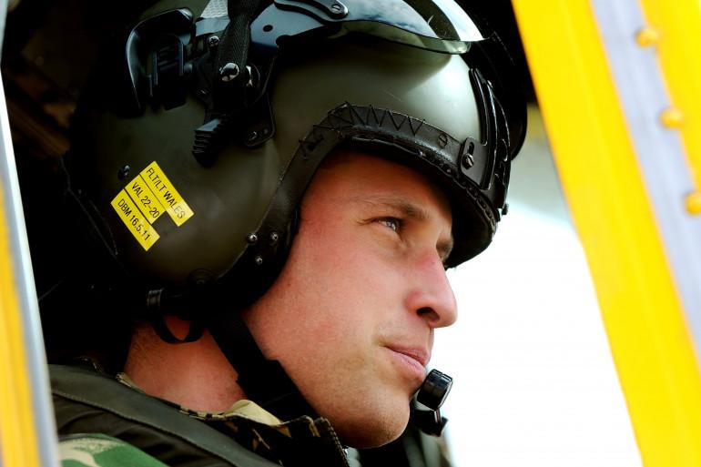 """Le Prince William le 31 mars 2011 à bord d'un """"Sea King"""",  hélicoptère de transport militaire et de lutte anti-sous-marine"""