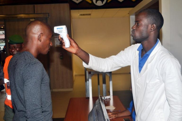 Vérifications des symptômes du virus Ebola à l'aéroport de Conakry, en Guinée.