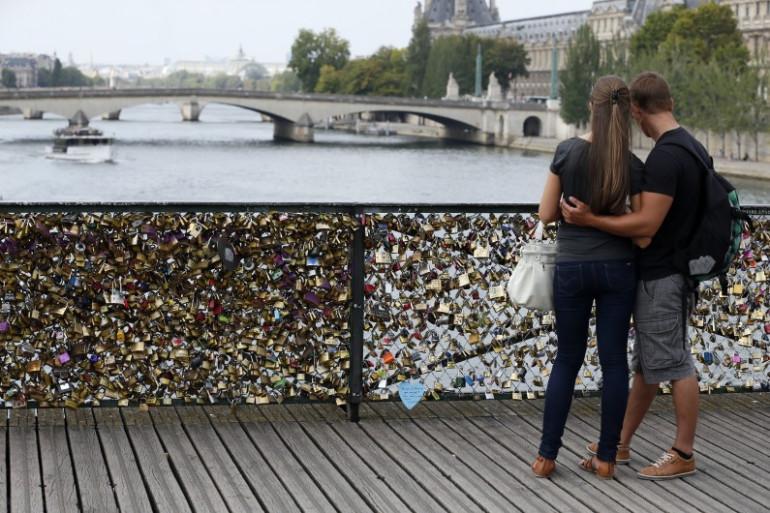 Un couple devant les cadenas fixés sur le pont des Arts, le 30 août 2013 à Paris.