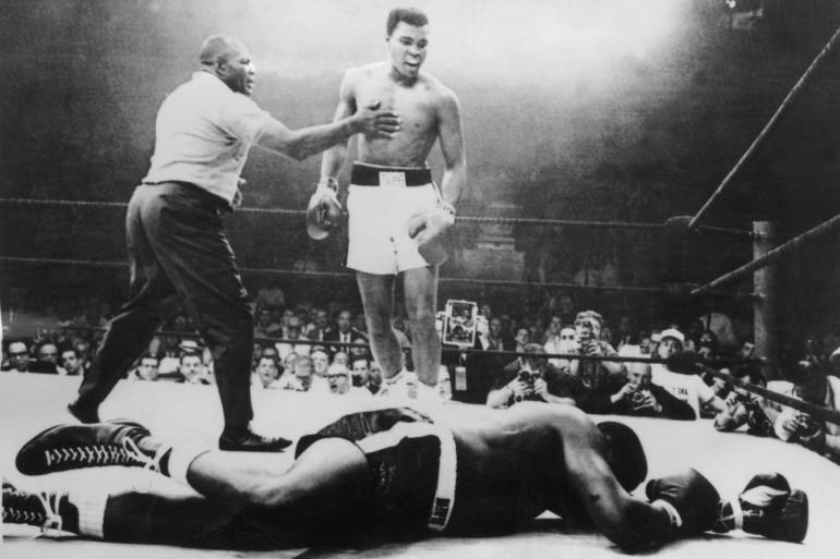 Mohamed Ali, alias Cassius Clay, conserve son titre de champion du monde de boxe à Lewington, en 1965, en battant Sony Linston par K.O. en un round