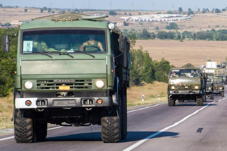 Des véhicules militaires russes, à environ 30 km de la frontière entre la Russie et l'Ukraine, le 15 août 2014.