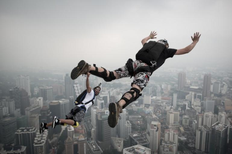Deux base-jumpers sautant de 300 mètres de haut, au-dessus de la ville de Kuala Lumpur, le 27 septembre 2013 (illustration)