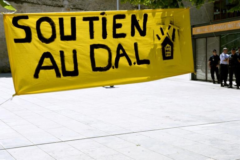 """Une affiche du """"Droit au Logement"""", le 14 mai 2014, à Bordeaux. (archives)"""