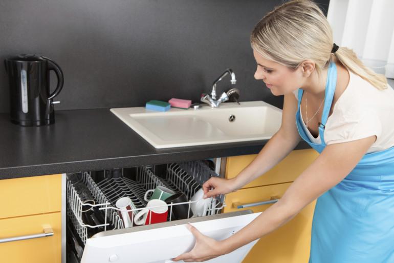 Le lave-vaisselle doit être nettoyé au moins une fois par mois