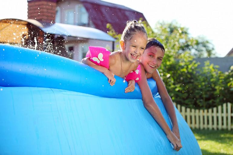 Pour minimiser les risques de percement, ne placez pas la piscine gonflable à côté d'objets pointus