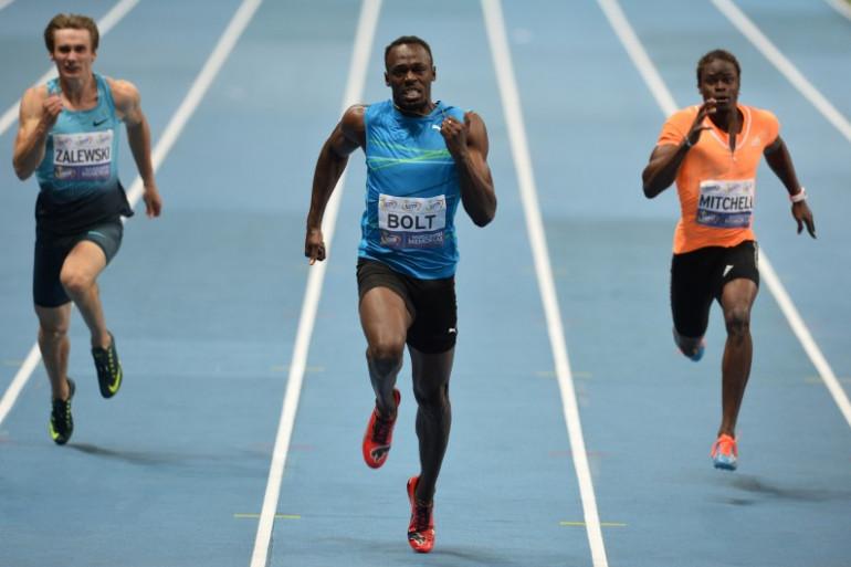 Usain Bolt a battu le record du 100 m en salle à Varsovie devant Karol Zalewski (g) et Sheldon Mitchell (d), le 23 août 2014.