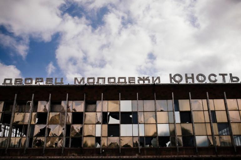 Le Palais de la jeunesse, à Donetsk, dégradé par des bombardements, ici le 23 août 2014.