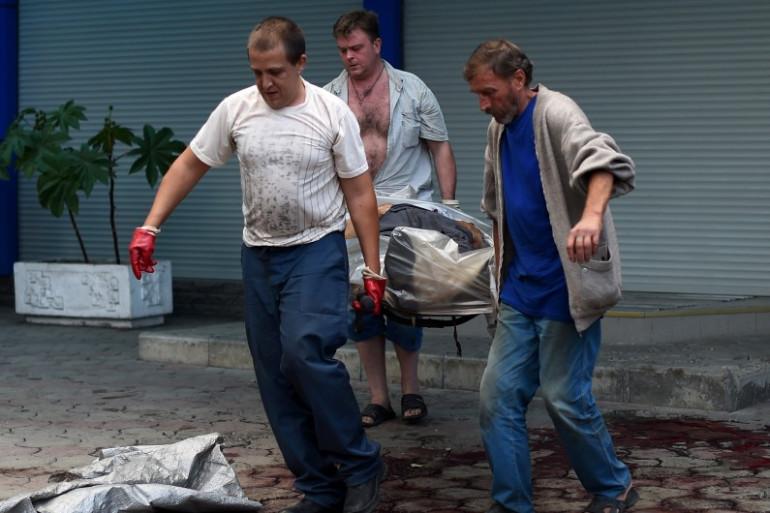 Des secours retirent un corps à Donetsk après un bombardement, le 28 août 2014.