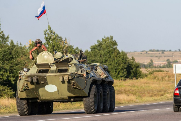 Un véhicule militaire russe fait route en direction de l'Ukraine, à 30 kilomètres environ de la frontière, le 15 août 2014