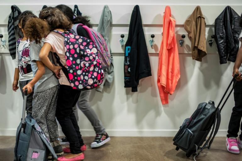 Des élèves dans un couloir d'une école élémentaire, le 2 septembre 2014 à Lyon (image d'illustration)