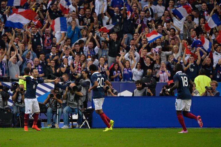 Loïc Rémy rejoint Mathieu Valbuena pour célébrer le but de la victoire face à l'Espagne