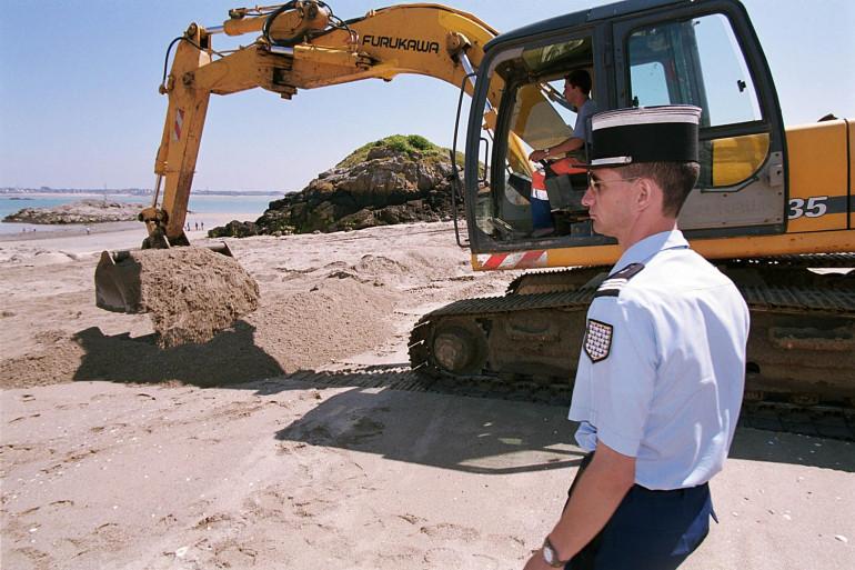 Un gendarme participe, le 22 juin 2001 au large de Saint-Jacut de la Mer, aux recherches pour tenter de trouver des indices sur le docteur Yves Godard