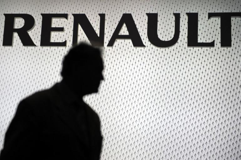 Une personne devant le logo du constructeur automobile Renault, le 3 mars 2008 à Genève (archives)