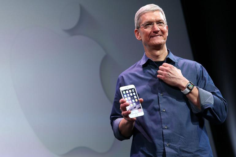 Tim Cook, directeur général d'Apple, présente l'iPhone 6 et l'Apple Watch lors de la keynote à Cupertino, le 9 septembre 2014