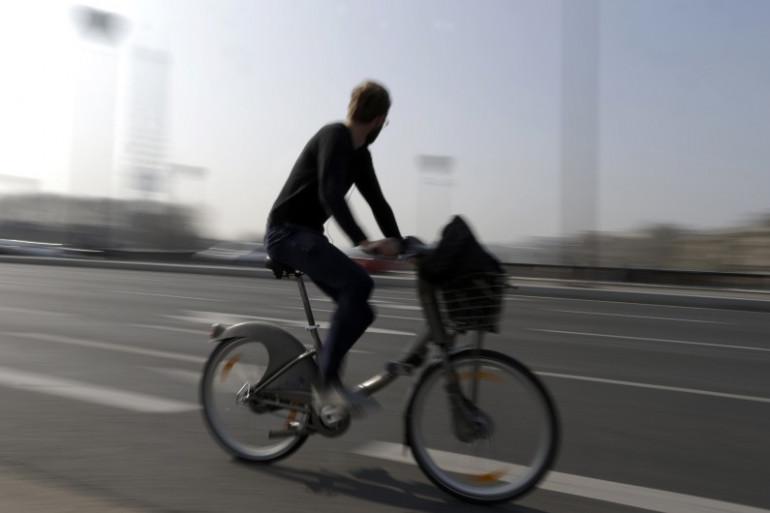 Un homme sur un vélo à Paris