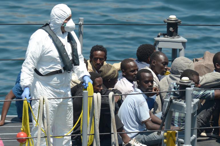 Des migrants à bord d'un bateau militaire au large de La Valette, à Malte, en juillet 2014 (archives).