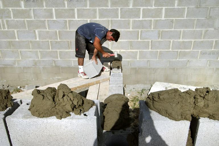 Un maçon sur le chantier d'une maison (Illustration)