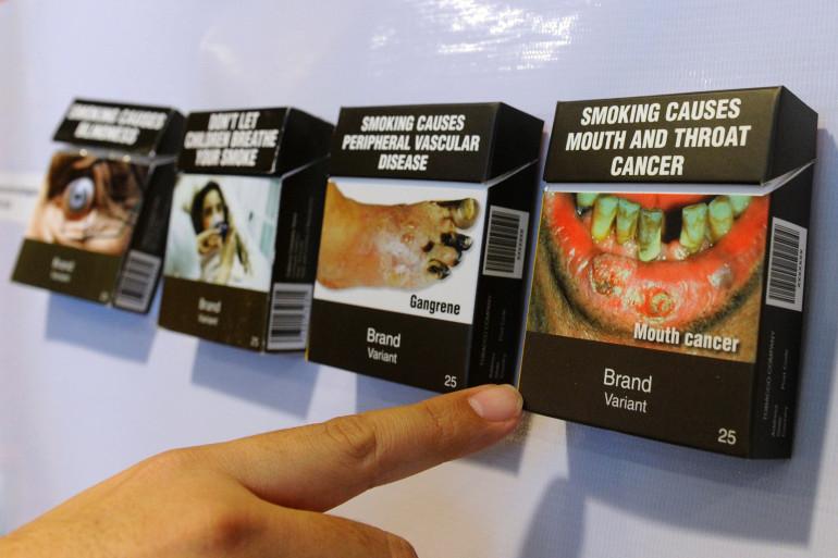 Des paquets de cigarettes tels que proposés par l'Organisation mondiale de la santé, ici aux Philippines, en octobre 2011.