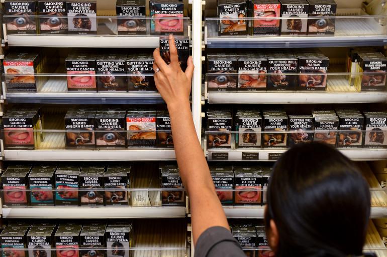 Un marchand de tabac en Australie après l'introduction de la loi sur les paquets de cigarettes neutres