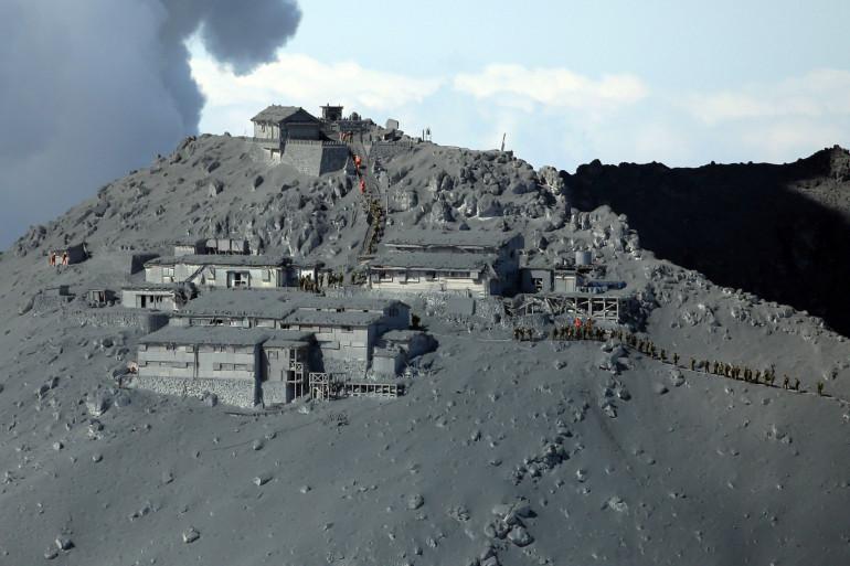 La montagne sous un voile de cendres après l'éruption du volcan Ontake au Japon