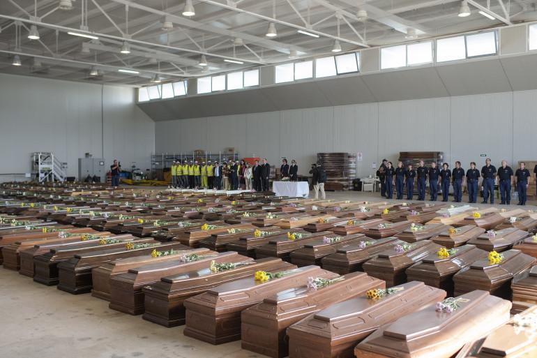 Les cercueils des 296 migrants morts à Lampedusa le 9 octobre 2013.