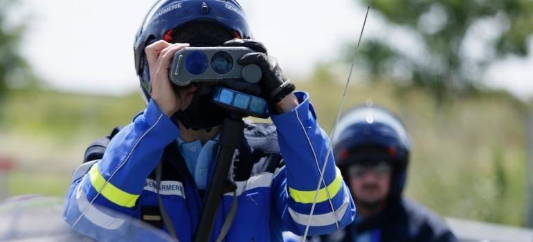 Un gendarme contrôle au radar (illustration)