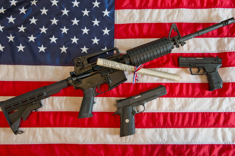 Trois armes, dont le fusil d'assaut de type AR-15 (illustration).