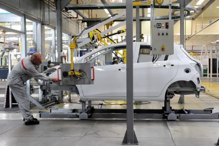 Un ouvrier travaille à la construction d'une Yaris dans l'usine Toyota d'Onnaing près de Valenciennes, le 16 mai 2013 (illustration).