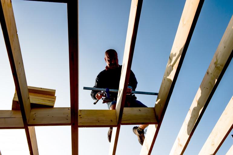 Un charpentier sur un chantier dans le Nord de la France
