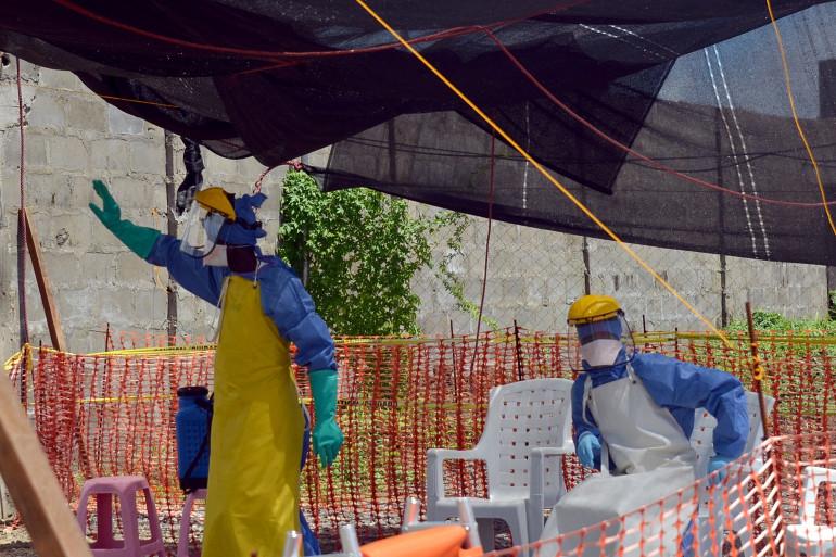 Deux membres du personnel médical d'un dispensaire géré par Médecins sans frontières à Monrovia, capitale du Liberia, le 15 octobre 2014