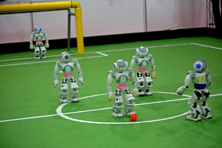 """Les robots-footballeurs du """"Robocup Open"""", en avril 2014"""