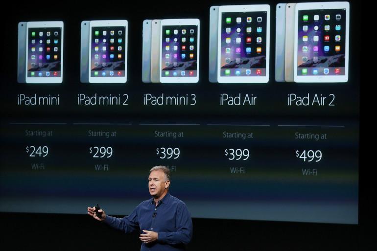 Tim Cook devant la gamme complète de tablettes d'Apple jeudi 16 octobre 2014